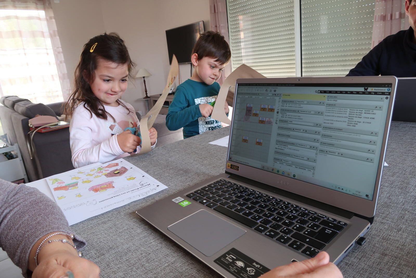 À Échenoz-la-Méline, Céline et Xavier estiment ne pas être les plus à plaindre : « Nous sommes deux pour gérer nos enfants, nous pouvons nous relayer, et nous avons un bureau, dans lequel nous isoler » . Pour autant, ils ont aussi un métier à tenir.