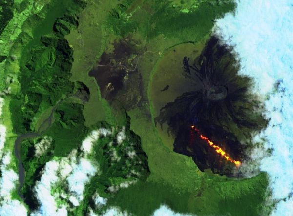 Piton de La Fournaise - 04.10.2018 - de haut en bas et de droite à gauche, images Sentinel-2 image bands 12,11,4 ; bands 12,11,4 zoom; et Swir  - un clic pour agrandir