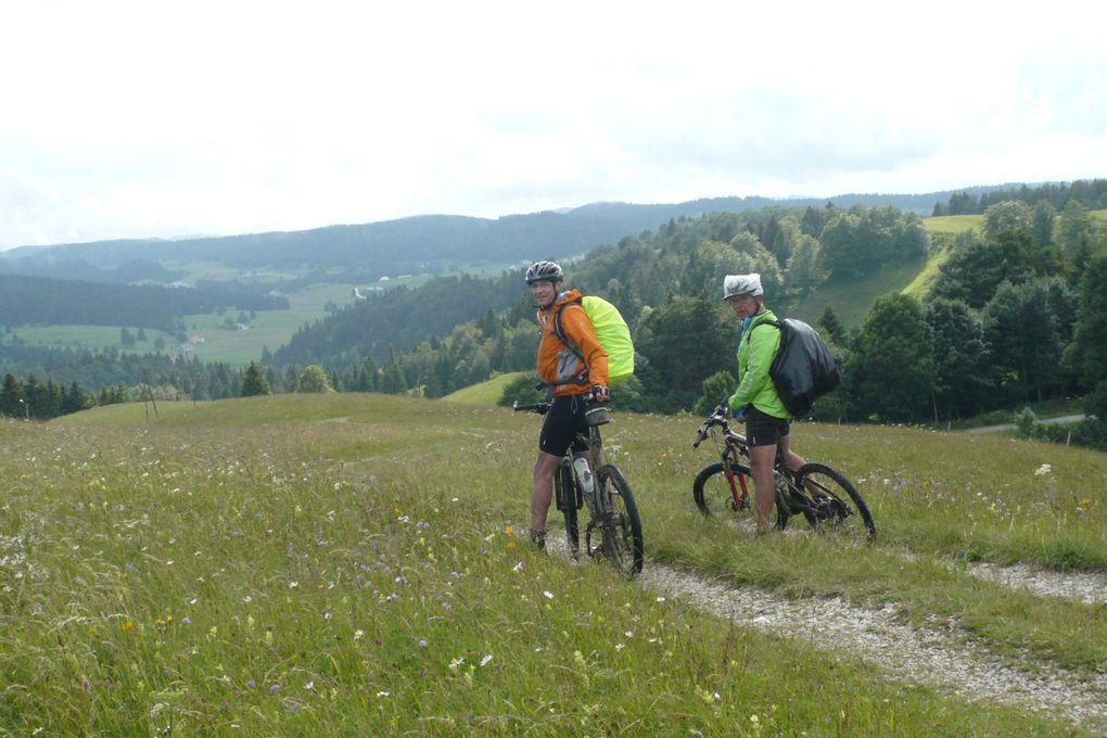 Ils étaient trois à partir du 15 au 19 juin pour cette traversé du Jura de Morteau à St Germain de Joux avec environ 50 km par jour .Bien que la météo ne se soit pas montrée favorable,ce séjour a été apprécié par tous les trois !!