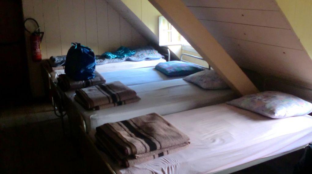 Visite des lieux. Salle du bistrot au RDC, avec sa grande cheminée, réfectoire au premier étage et les dortoirs au second. Rien n'a changé!!!!