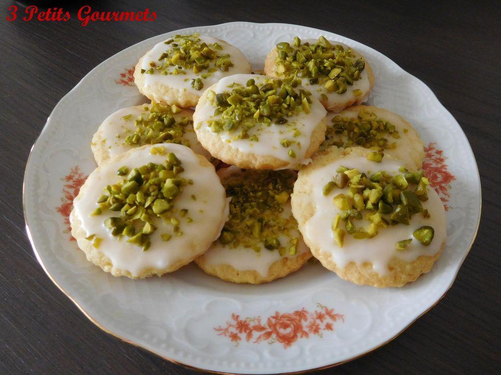 Cookies : au chocolat noir ou au lait ou blanc ou les 3 en même temps. Avec des noix ou des noisettes ou des raisins...