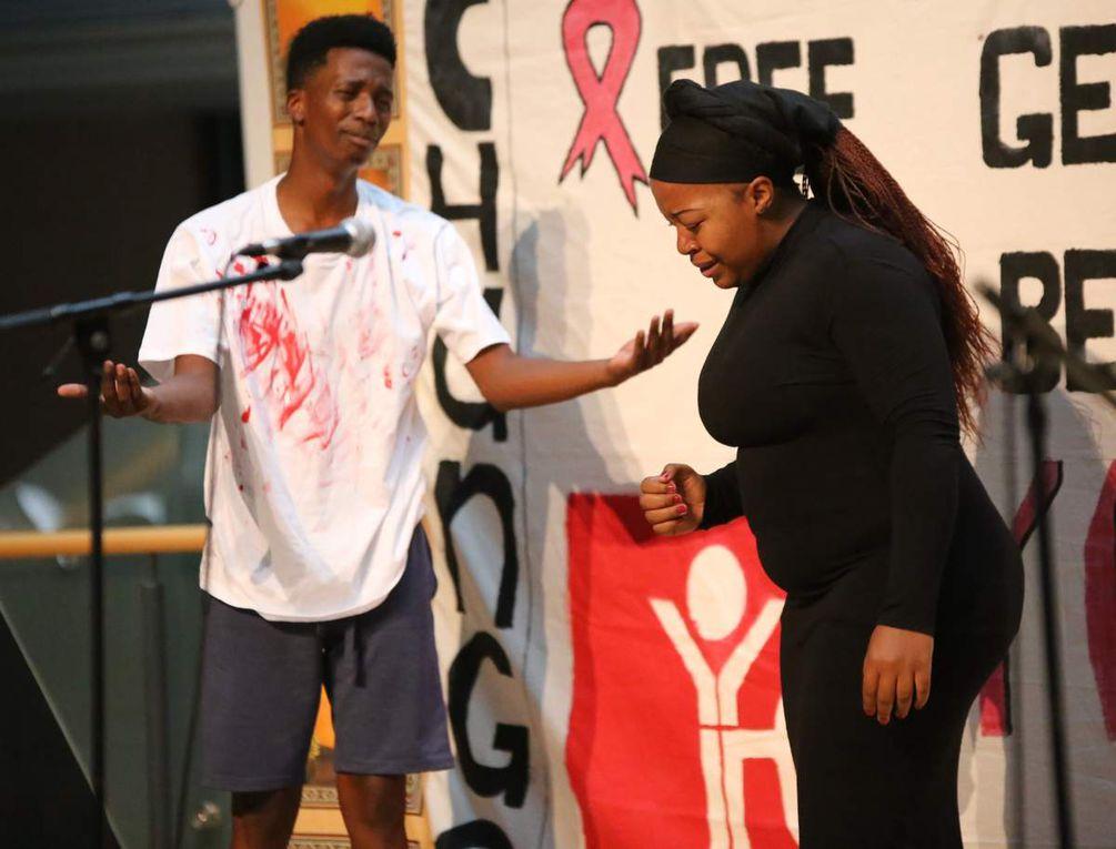 """""""What's killing us now?"""" Junge südafrikanische Schauspieler bringen das Thema AIDS auf die Bühne des Gymnasiums Veitshöchheim und machen 250 Jugendliche betroffen"""