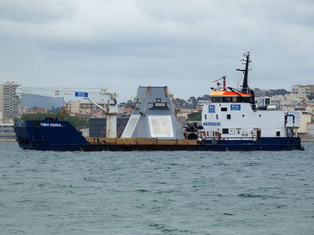 """TSM DORA , en petite rade de Toulon  et se dirigeant vers le chantier """"Foselev Marine """" le 08 mai 2019"""