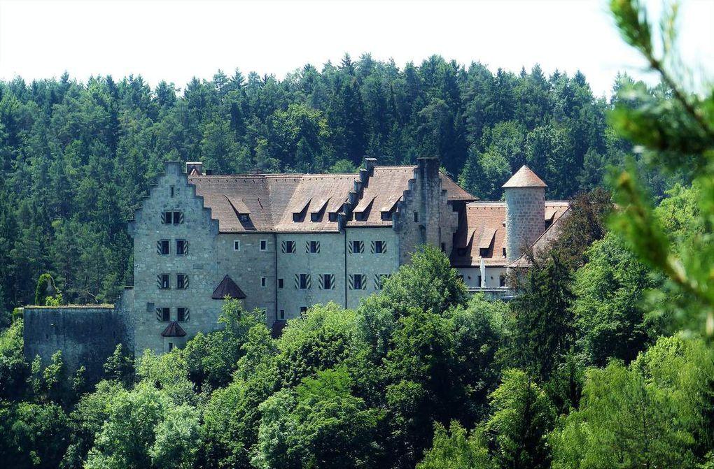 Eine Aussichtsplattform offenbarte unterwegs einen herrlichen Blick auf die Burg und in der Gegenrichtung in die Weite der Landschaft.