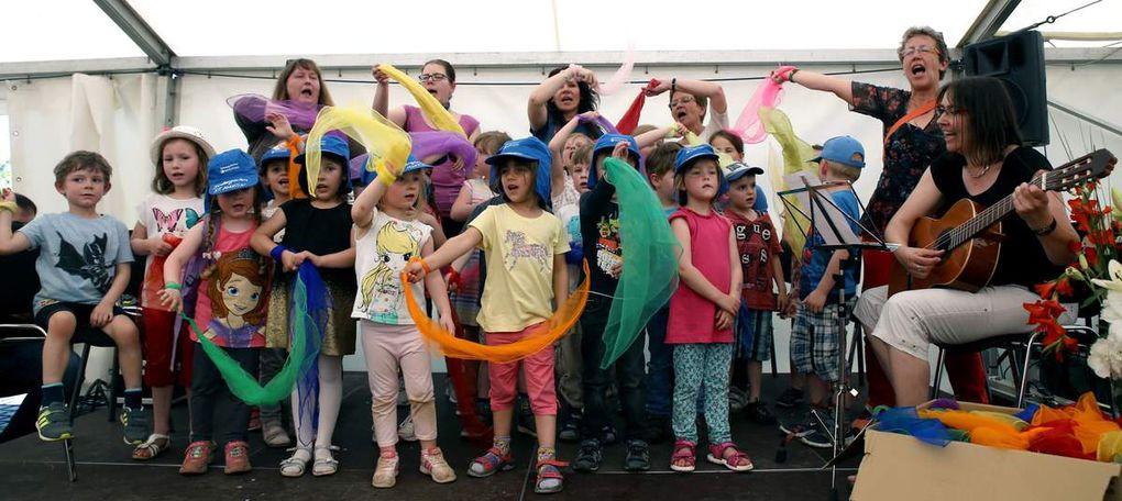 """Herzerfrischend war zu Beginn der Auftritt von 20 Kindern aus den drei katholischen Kindergärten Veitshöchheims mit ihren Leiterinnen Angelika Vey-Rossellit (Bilhildis), Gaby Treutlein (Martin) und Petra Langer (Kuratie). Sie sangen voller Begeisterung bunte Tücher schwingend """"Halli, Hallo"""" und dann gemeinsam mit den Gästen im Zelt """"Der Kuckuck und der Esel""""."""