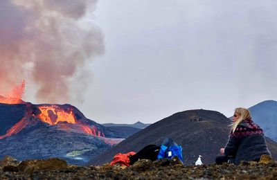 Art on the way of fire : Sara Oskarsson paints the ongoing eruption in Iceland.