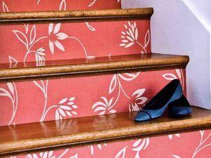 Escalier personnalisé avec du papier peint