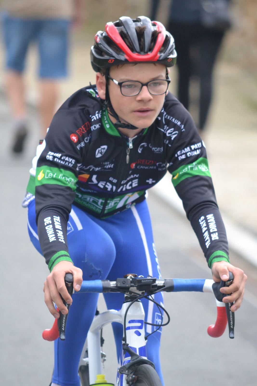Lucas WASSER (TP Dinan) sur le circuit en spectateur-rouleur pour encourager son frère: malheureusement victime d'une chute le lendemain à Trébry.