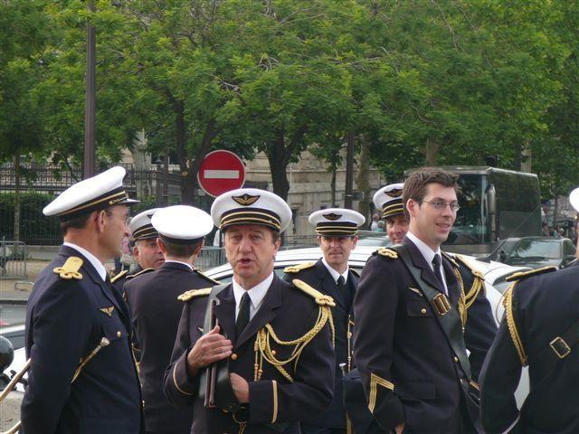 Défilé et ravivage de la Flamme sous l'Arc de Triomphe de l'UGF ce 18 Juin 2010 pour le 70ème anniversaire de l'Appel.Le président de l'UGF en cie de l'attaché militaire de l'Amb. de GB et d'un repr.de la France Libre