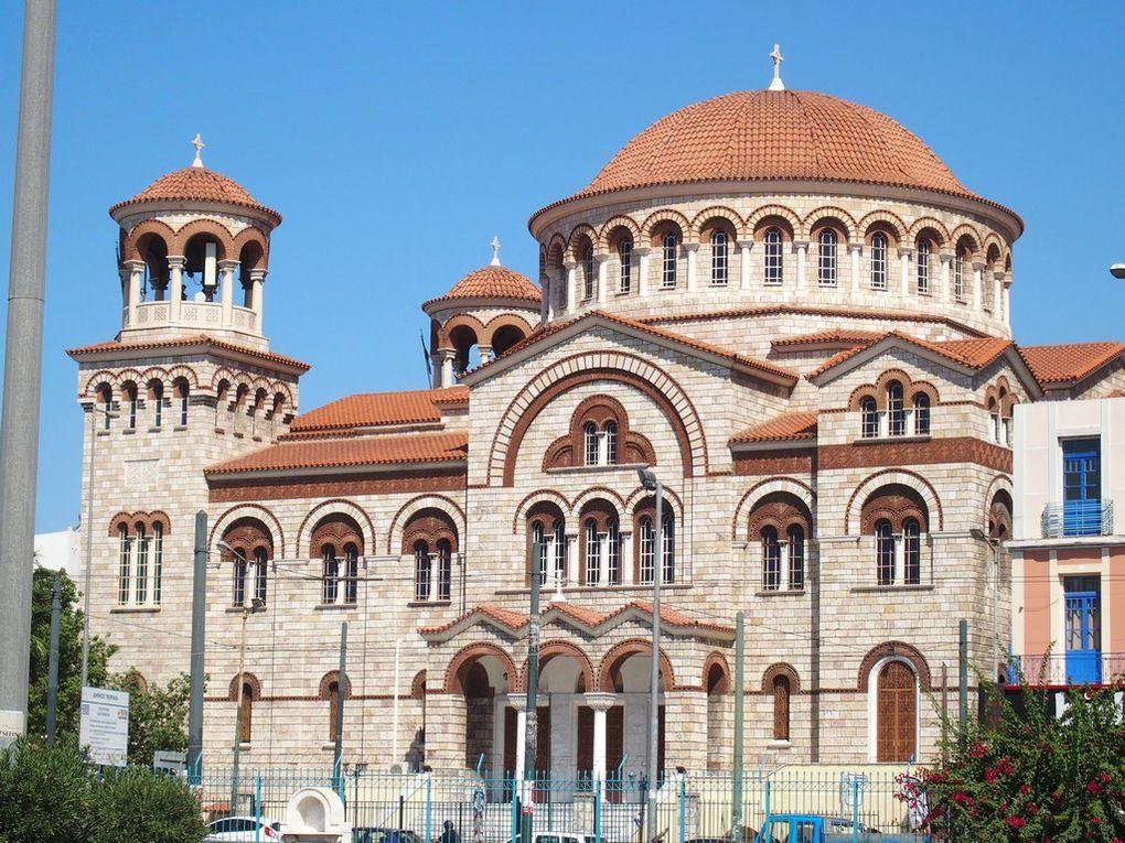 Nous avons le temps d'admirer l'église juste en face du port ...