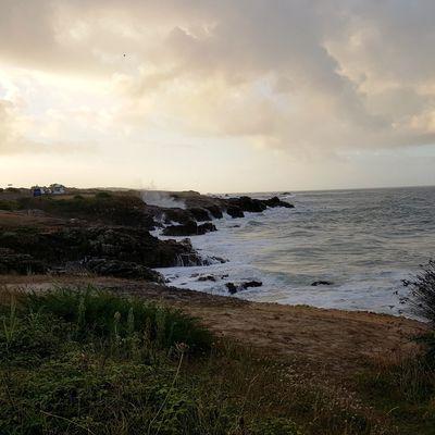 Grande marée sur la côte rocheuse du château d'Olonne