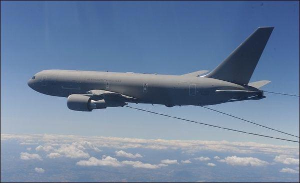 Un ravitailleur italien KC-767 participe aux opérations aériennes au-dessus de l'Irak