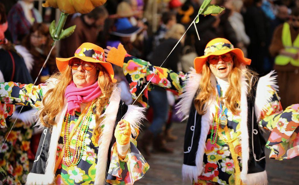 Bei den einheimischen Gruppen eine Augenweide waren wieder die Mitglieder des VCC-Fanclubs von Petra Erhard und Doris Walter, die als kunterbunt und wunderschön anzusehende Power Flower-Blumenmädchen verzückten. Im Vorjahr hatten sie anlässlich des 50jährigen Jubiläums des VCC in ihren rosa-weißfarbigen Reifröcken und pinkfarbenen Perücken für Furore gesorgt.