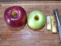 2 - Mettre le four à préchauffer th 6/7 (200°). Laver, sécher les pommes et ôter le centre avec un vide-pommes. Les trancher en rondelles. Couper les extrémités en petits dés. Disposer les rondelles de pommes en les alternant dans un plat en verre allant au four.  Répartir les dés de pommes, puis parsemer de pralin. Recouvrir le tout de l'appareil et enfourner th 6/7 (200°) pour 25 à 30 mn. Déguster tiède ou froid avec une boule de glace ou sorbet.