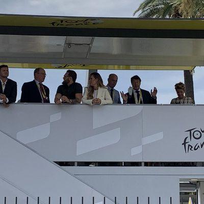 Sans masque et sans distanciation sociale: le maire de Nice justifie cette photo polémique au Tour de France