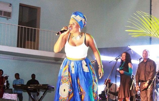 ANGOLA : La diva de toutes les divas en Angola surprend à nouveau ses fans, nous apportant sa version d'un classique de la musique capverdienne.
