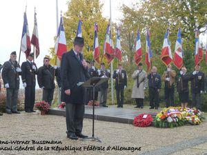 """Sur les hauteurs de Berneuil, autour d'environ 8600 tombes de militaires allemands (tombés au combat en 39/45) il y avait de nombreux participants. Ainsi Monsieur le Consul de la R.F.A, des ressortissants allemands, des anciens combattants, Le Maire de Berneuil, Madame la sous-Préfète de Saintes, le Maire et Conseiller général de Gémozac, des représentants de la gendarmerie et de différents corps d'armée. Des élus de Saintes étaient aussi présents, et bien sûr la représentation nationale, en l'occurrence Catherine Quéré, députée. Monsieur le Consul a prononcé un discours non traduit en allemand, qui fut assez étoffé, mais on en retiendra deux choses, outre la paix entre nos deux pays, mais surtout..... """" .....la guerre est souvent la suite de la politique... mauvaise bien sûr.... """" et """" .. nous sommes rentrés dans une nouvelle phase avec le danger du terrorisme à grande dimension..... """". Enfin l'aumônier militaire de la base de Paban (en cape et en soutane), prenant la parole, n'a pas hésité à prononcer à maintes reprise (normale on était en terre chrétienne, en présence de nombreux défunts et surtout sous une croix) les noms de Jésus et de Christ. Sa prise de paroles a été traduite en allemand. Cet homme de foi a terminé sa """" participation orale """" avec le """" Notre père """" repris par une partie de l'assistance. Puis toute l'assmeblée s'est enduite rendu au monument aux morts de Berneuil où ont, à nouveau retenti, les hymnes nationaux allemands et français. Anecdote, avant le vin d'honneur, on peut le dire..... """" Alors que résonnait la Marseillaise, la cloche l'église s'est mise à tinter 12 coups, il ne manquait plus que le chant du coq.....  Histoire.... extraits du cimetière allemand...."""