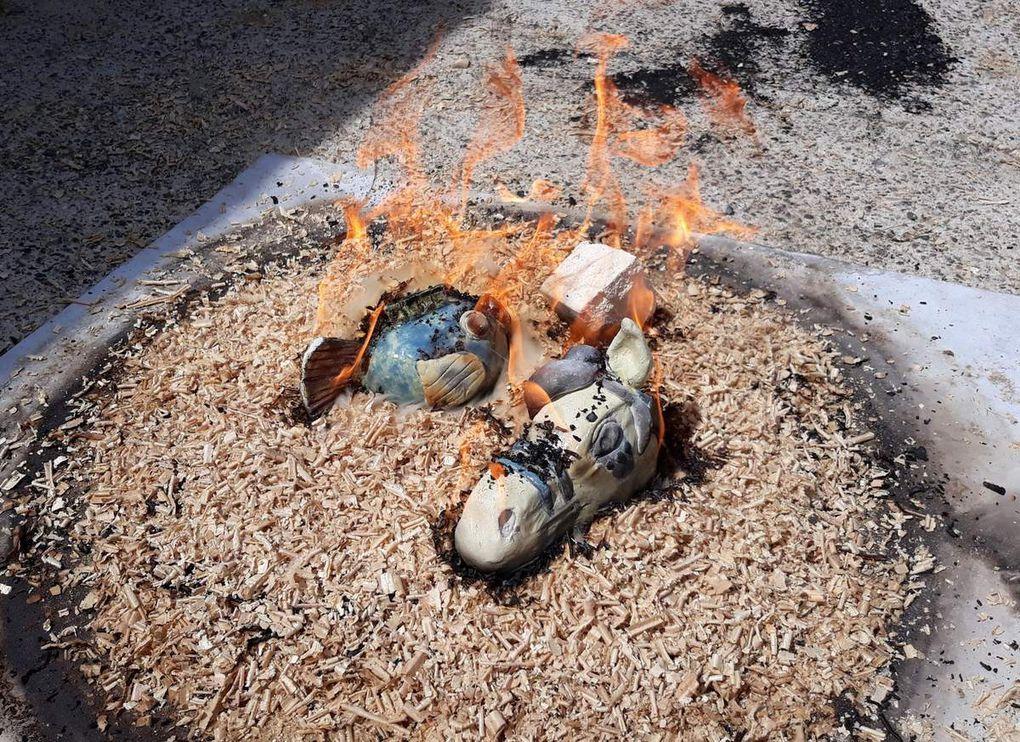 Sortie et enfumage des poteries, chaud devant !