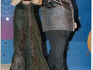 A gauche, le «Pacha» soutenu par la présentatrice Hülya Aydın va recevoir son cadeau (photo Gazanfer Karpat, Hürriyet du 26 septembre 1996). A droite, pris de malaise, il retourne s'assoir (photo publiée par Sabah le 16 septembre 1996) (cliquer pour agrandir)