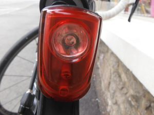 La lumière arrière et le système de fixation sur le garde boue.