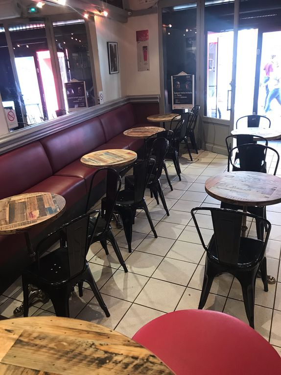 """Interlocuteur unique, Le Boiseux affine, avec vous, particuliers et professionnels de la restauration, votre projet de tables personnalisées, pour salle à manger et salle de restauration, livrées chez vous ou sur site, gère l'intégralité du processus, en circuit court, et vous garantit votre achat à vie, """"pièces et main d'œuvre"""", sans intermédiaire ni mandataire."""