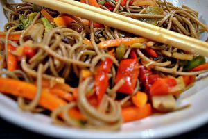 Wok de nouilles soba aux petits légumes, sauce aigre-douce