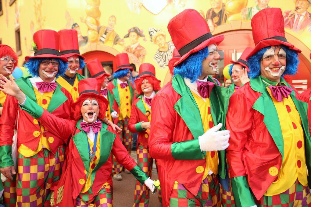 Keine Horror-Clowns, sondern lustig sein wollten die Clowns des Sportvereins, die unter der Regie von Peter Lampatzer und Günter Stamm ebenfalls ein farbenprächtiges Bild abgaben.