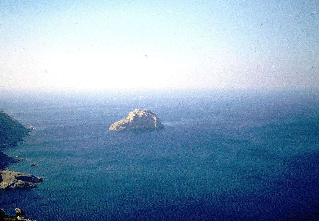 Cette île isolée de l'est des Cyclades était peu fréquentée, et même pourrait-on dire préservée, avant Le Grand Bleu, film de Luc Besson en 1988. La Chora, où l'on grimpe par un sentier pavé depuis le port de Katapola, est un des plus beaux villages des  Cyclades. De l'autre côté de l'île, le monastère de Chozoviotissa accroché à la pente est le site le plus fameux de l'île, alors que les trois petits villages du nord, dont Tholaria, sont toujours un peu à l'écart, comme le sud de l'île ( dernière dia ). Depuis le film de Luc Besson, l'île est à la mode et surtout dans le début des années 90 des milliers de jeunes touristes ont débarqué, l'été. Du coup, un réel boom immobilier a eu lieu, accompagné de l'ouverture de dizaines de bars et tavernes. .