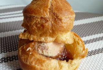 Minis choux farcis au foie gras et à la confiture de figue.