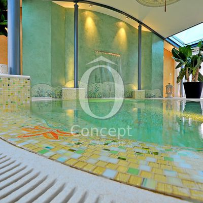 Un hôtel spa avec piscine et hammam en mosaïque par Ô Concept