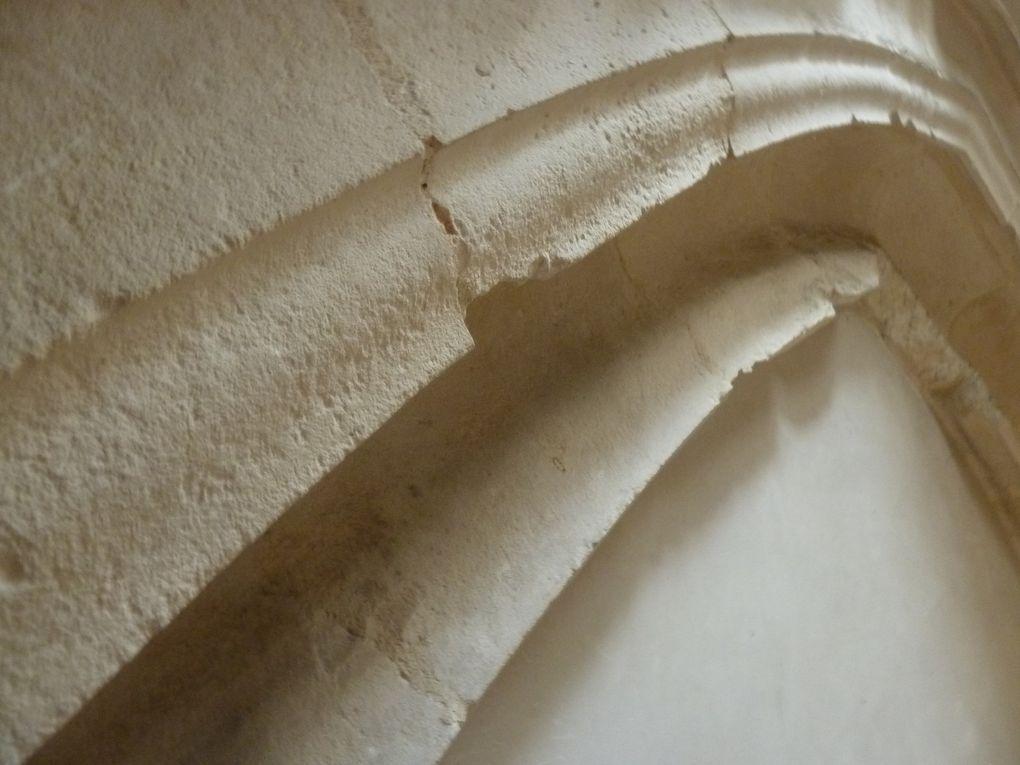 Mais notre petite investigation n'a pas permis de découvrir le moindre indice du passé, marques lapidaires, sculptures, autres que ces embrasures d'anciennes fenêtres de la structure religieuse.
