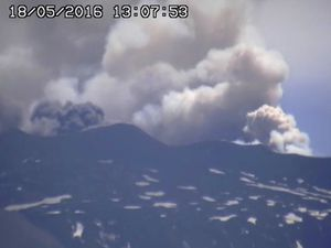Etna - 18.05.2016 /  1:07 p.m. and 1:37 p.m. - a click to enlarge - webcams RadioStudio7