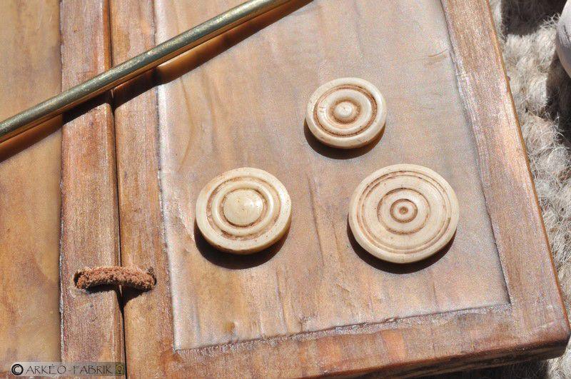 Éléments de tabletterie : pions et dés à jouer en os.