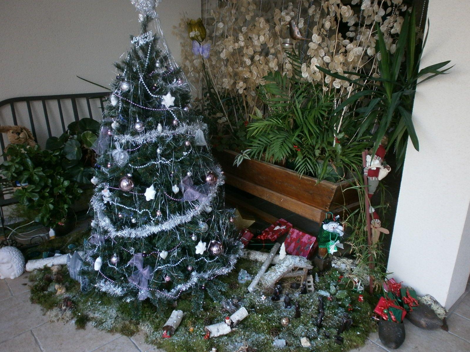 Tous les ans, une déco changeante, placée à différents coins de la maison. tantôt petit pin, tantôt sapin, tantôt autres ...mais c'est toujours l'envie de créer une atmosphère, qui finit par la table et quelques gourmandises. Grâce à ce blog, je peux remonter loin dans ces soirs de Noël, qui tous, me racontent des histoires qui parlent d'amour. Alors oui, Fêtons Noël...