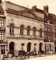 <p><strong>Les bombardements consécutifs à la première guerre mondiale ne laisseront que la façade de la mairie constuite en 1911. </strong></p> <p><strong>La reconstruction de ce symbole de la démocratie locale aprovoqué de vifs débats, no