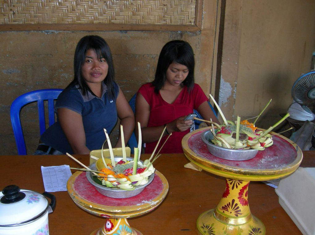 Vendeuses de fruits sur les plages, jeunes vendeurs de petites boîtes de sel sur d'autres plages,  la vie n'est pas facile à gagner, pourtant les Balinais continuent à sourire malgré le tourisme de masse. La très grande majorité d'entre eux continuent à être  heureux de pouvoir aider les touristes de passage. Ils aiment consacrer un peu de leur temps à discuter avec vous, leur sens de l'hospitalité est hors du commun européen.