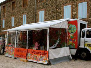 """C'est à Saint-Laurent-du-Pape, le village ardéchois où elle réside, que Pascale Girard a reçu Erik L'Homme, sur la terrasse d'hiver du """"Mokiroule"""". Petits gâteaux et boissons attendaient les visiteurs et les fans de l'écrivain, venus de loin pour certains (Chambéry!) et avec une pile de livres de l'auteur à dédicacer pour d'autres."""