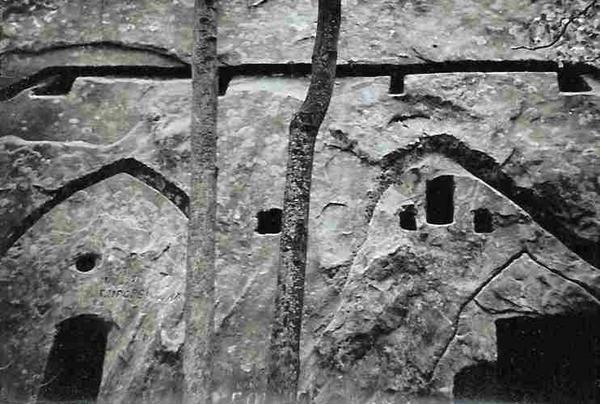 Constructions rupestres, Montagnes de Buzau (Roumanie) Photos: Emmanuel.CRIVAT (1977) URBAN PLANNING & MODERNIZATION EXPERT