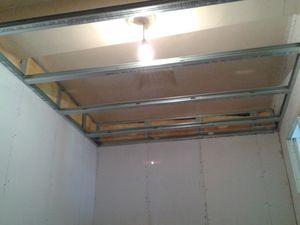 Les plaques sont posé au murs, et ce en 0.60 car les 120 sont trop large pour accéder a l'étage, puis l'ossature du faux plafond que j'ai descendu au standard  de 2.50 m
