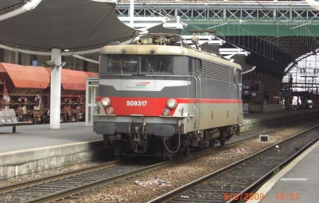 La BB 9317 stationne en gare