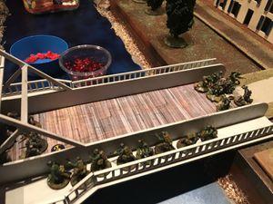 Le ménage continue mais les pertes sont lourdent et l'espoir s'affaiblit avec l'ensemble des troupes allemandes en ambuscade sur le pont