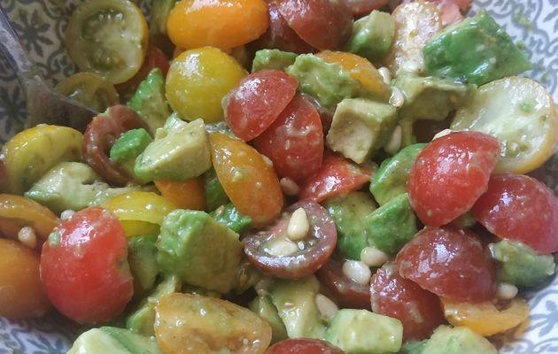 Salade d'été accompagné d'une vinaigrette au pesto