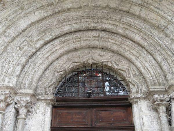 Le portail roman et les colonnettes du porche