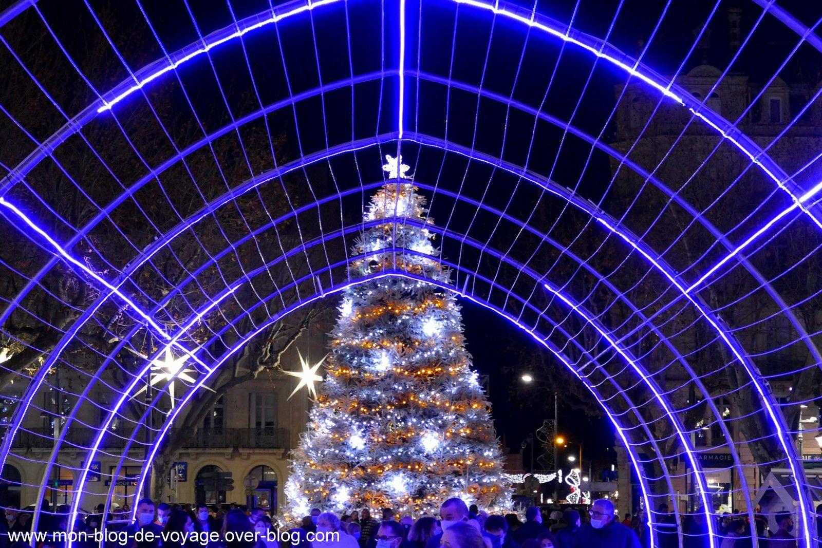 Un immense tunnel lumineux et un drôle de bestiaire de Noel ont investi la place Jean Jaurès (décembre 2020, images personnelles)