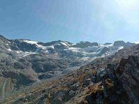 Le glacier qui scintille au soleil est omniprésent. Un passage totalement hors sentier vers le col.