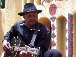 samba touré, un chanteur et guitariste malien qui forme le groupe farafina lol et surtout fondo
