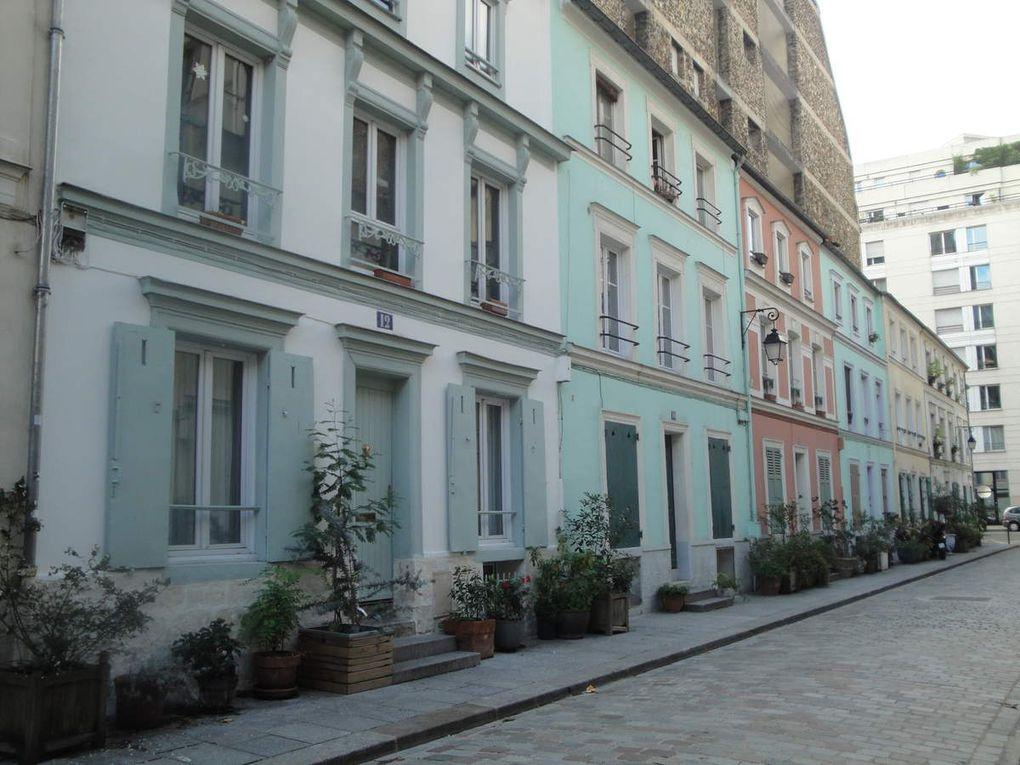 Des peintures murales, des fleurs, des plantes et les numéros de certaines maisons encore indiqués sur des carreaux de faïence émaillée.