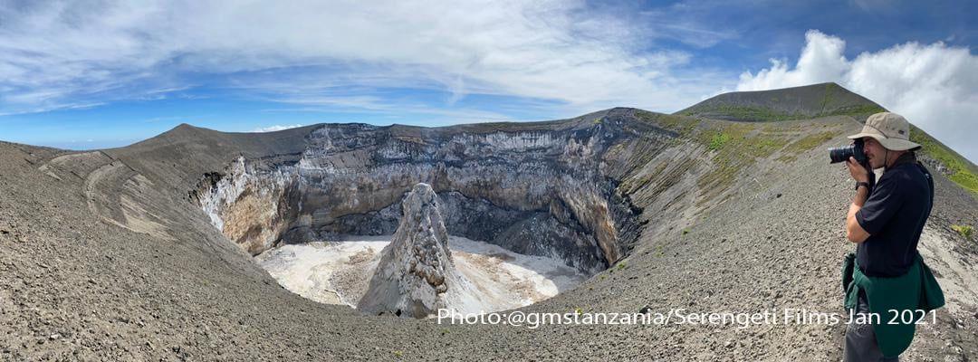 Ol Doinyo Lengai -  le cratère se remplit et son centre est occupé par un hornito massif  - photo Gian Schachenmann  via Michael Dalton-Smith. - un clic pour agrandir