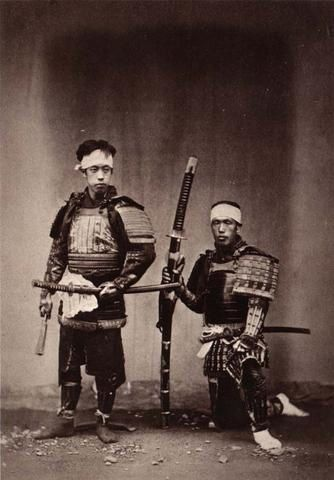 Photos représentant le plus souvent des samuraï de la période Edo. Certaines sont colorisées.