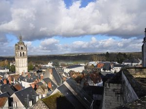 Depuis le jardin du promontoire, superbe vue sur  les toits de Loches et la tour Saint-Antoine qui domine la ville.
